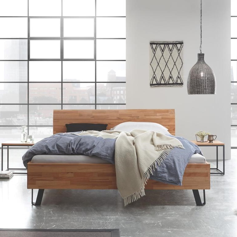 Schönes Holzbett